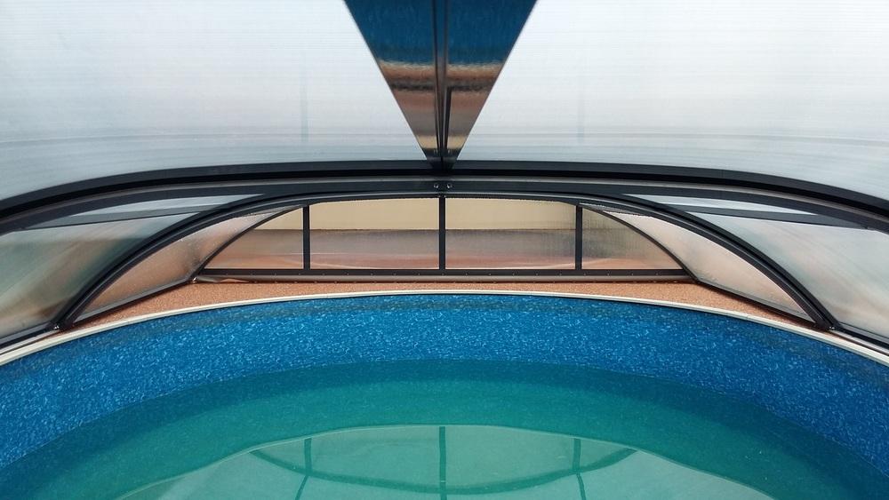 Zastřešení bazénu POOLOR 3R v antracitové barvě - pohled zevnit